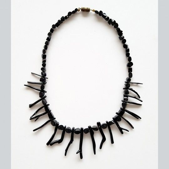 Collier de corail noir