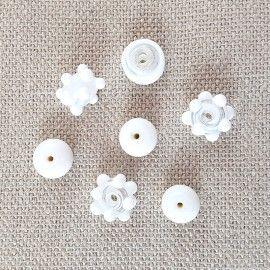 7 perles en verre de couleur blanche